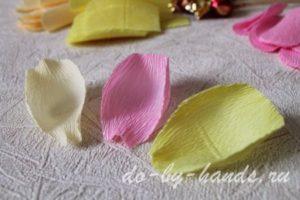 """2. Вырезаем """"лепестки"""" разных цветов и делаем изгиб в центре лепестка."""