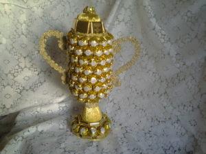 Кубок из конфет своими руками фото