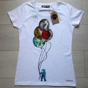Космонавт акриловыми красками на футболке