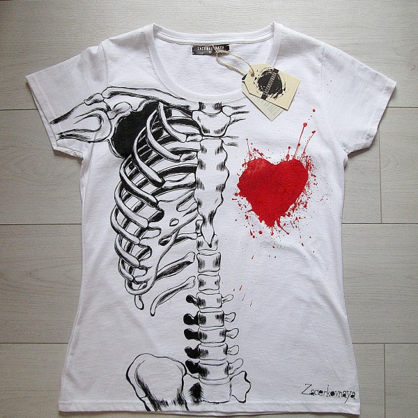 Скелет и сердце акриловыми красками на футболке