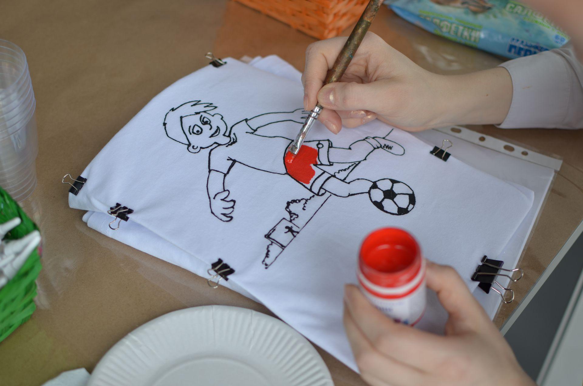 Футболист акриловыми красками на футболке
