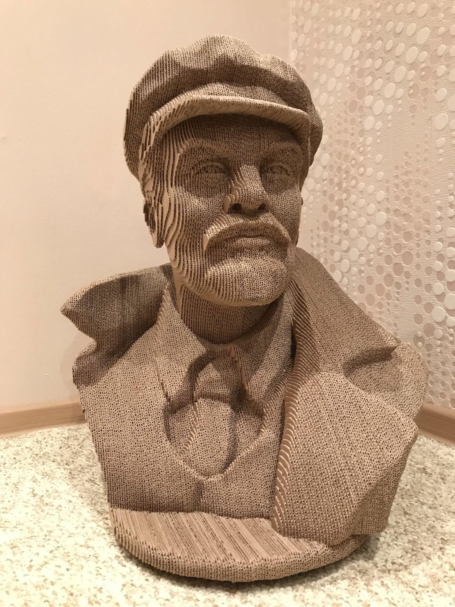 Готовый бюст Ленина из гофры.