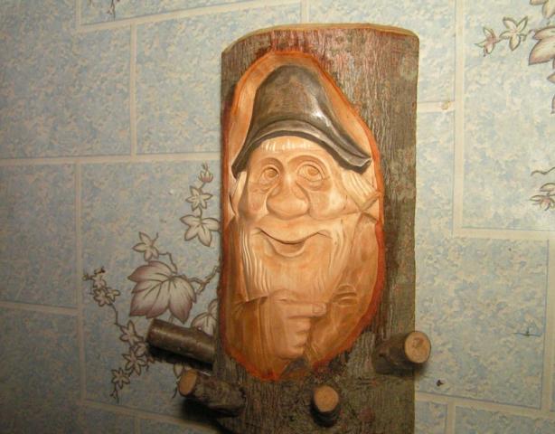 Вешалка в баню из бревна